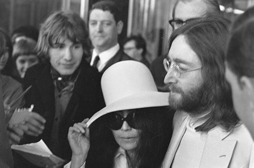 John_Lennon_&_Yoko_Ono_leave_Amsterdam_3